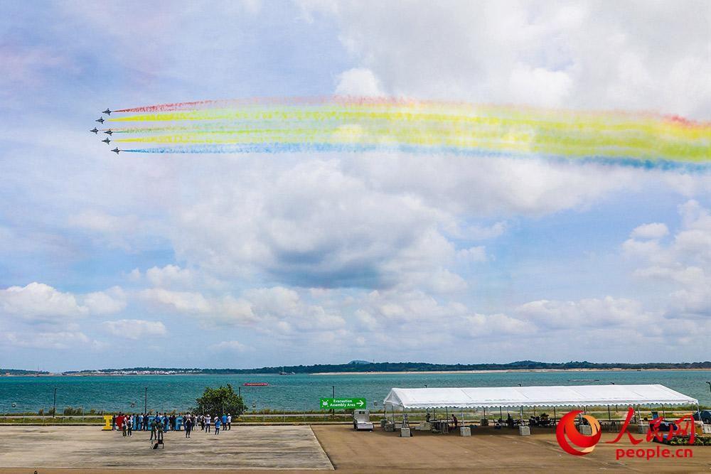 空军八一飞行表演队亮相新加坡进行检验性飞行