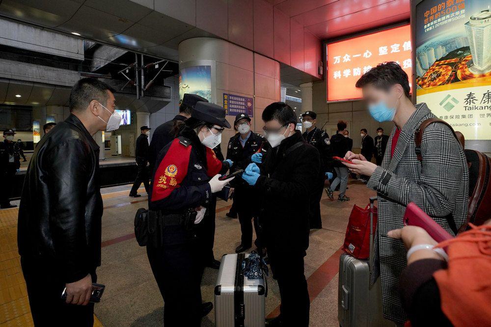 首批800余名滞留湖北的北京人员抵达北京西站