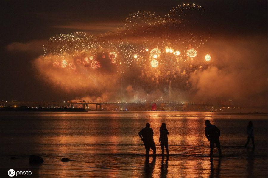 """俄罗斯圣彼得堡传统""""红帆节"""" 璀璨烟花庆祝中学生毕业"""
