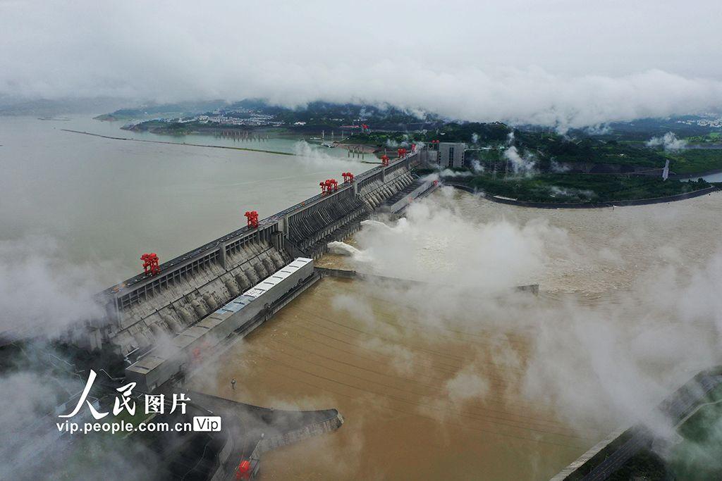 三峡大坝今年首次削峰泄洪
