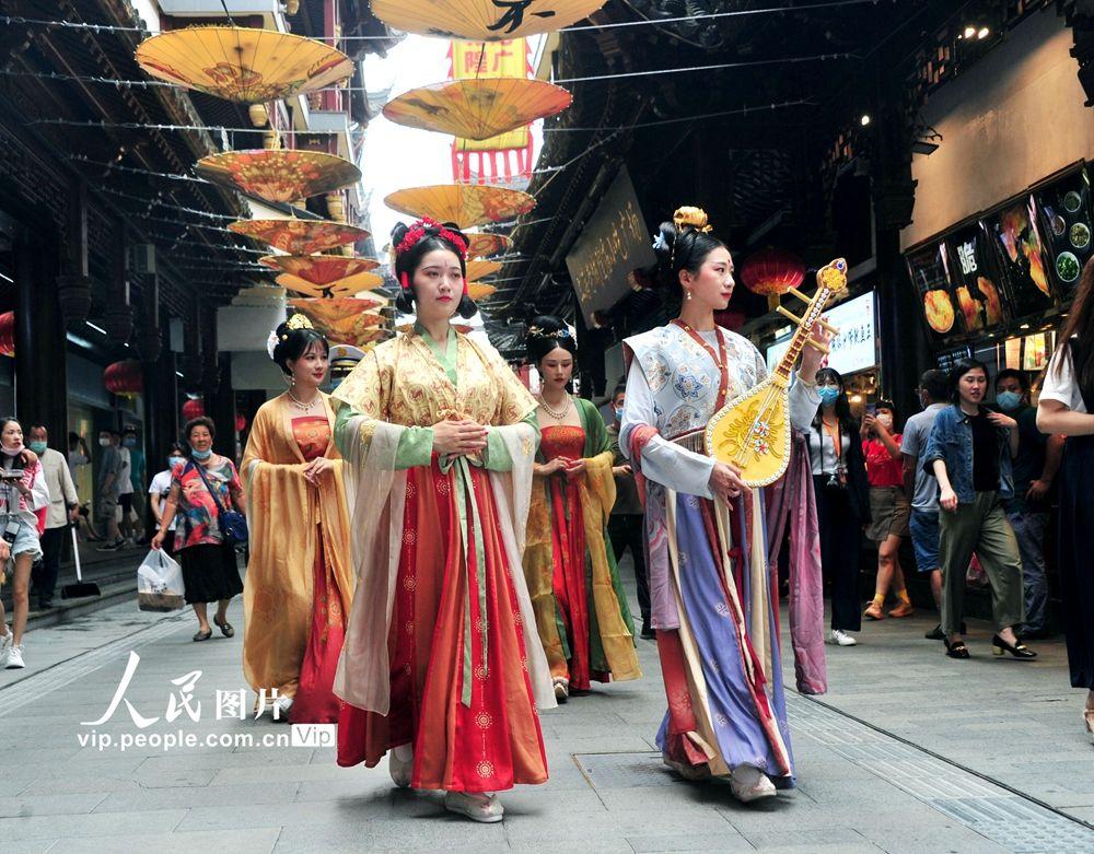 """上海:沉浸式国潮主题街区——""""食玩校场""""亮相豫园"""