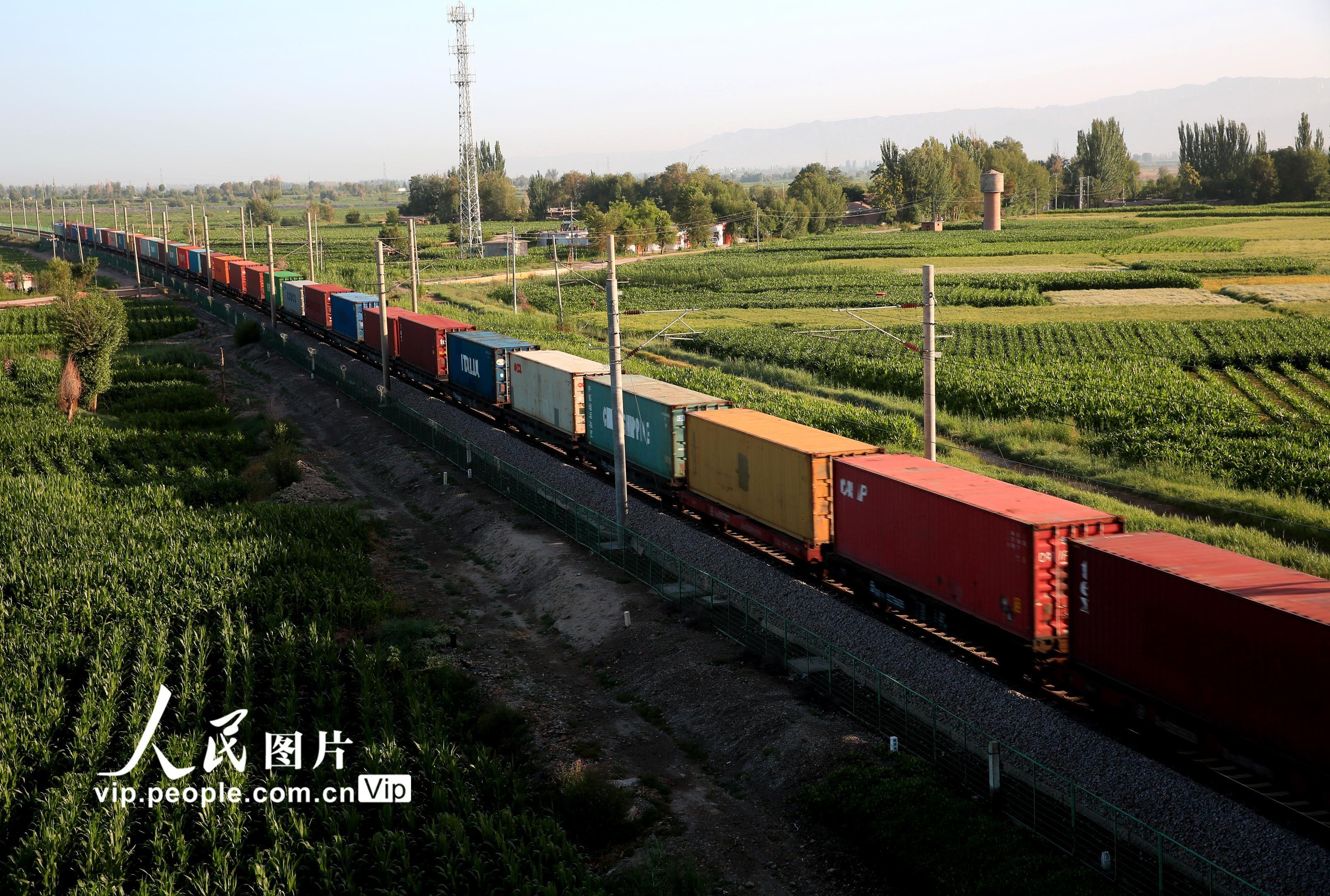"""甘肃张掖:""""钢铁驼队""""助力西部振兴"""