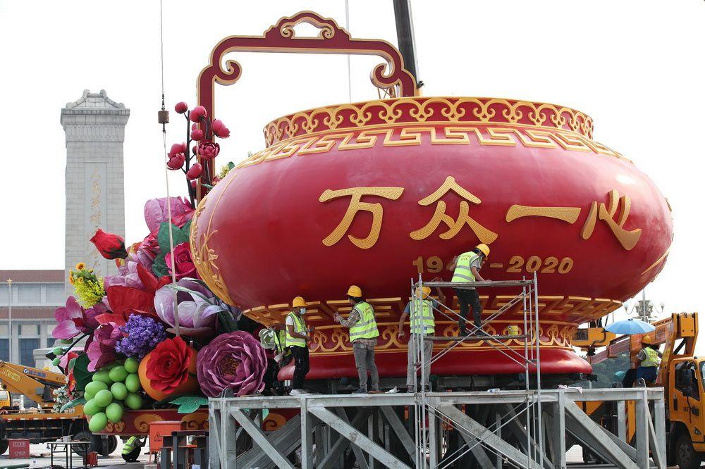 """北京天安门广场""""祝福祖国""""巨型花篮雏形亮相"""