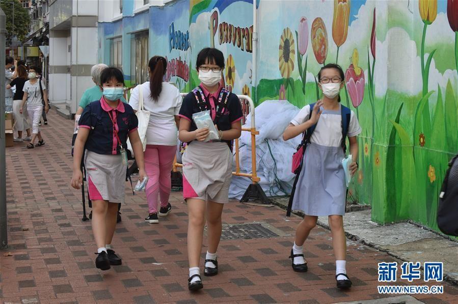 """特写:""""上学好开心""""——香港在防疫常态化下迎接新学年"""