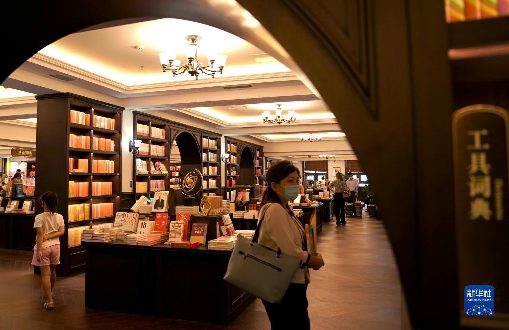 新华全媒+丨时隔13年,承载西安人文化记忆的钟楼书店又回来了