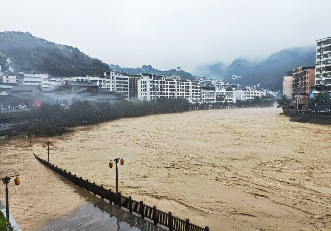 重庆6个区县遭遇大暴雨 3条河流超保证水位
