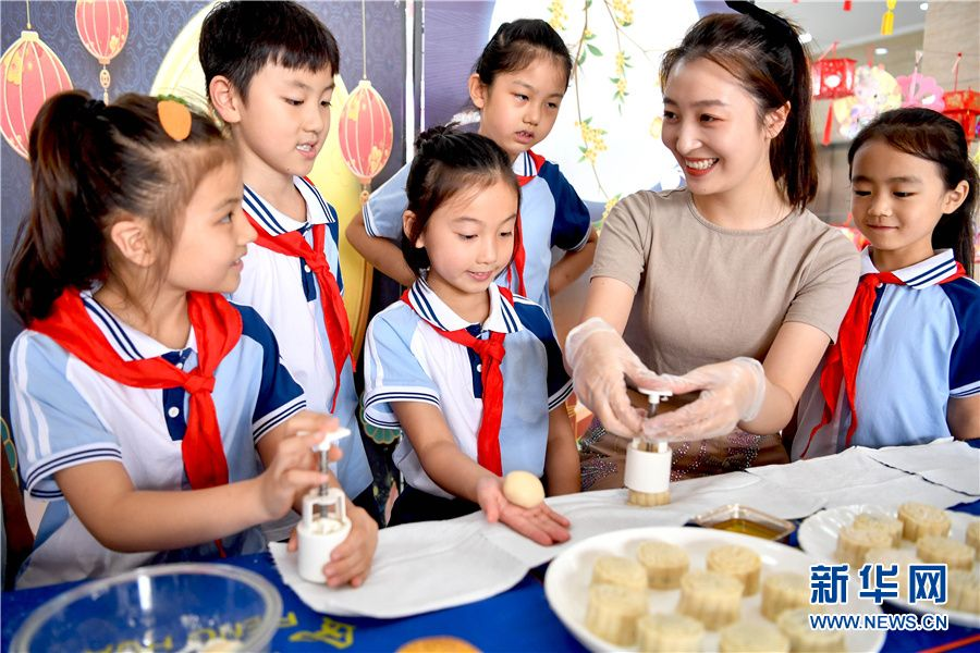 安徽亳州:做月饼 制灯笼 迎中秋